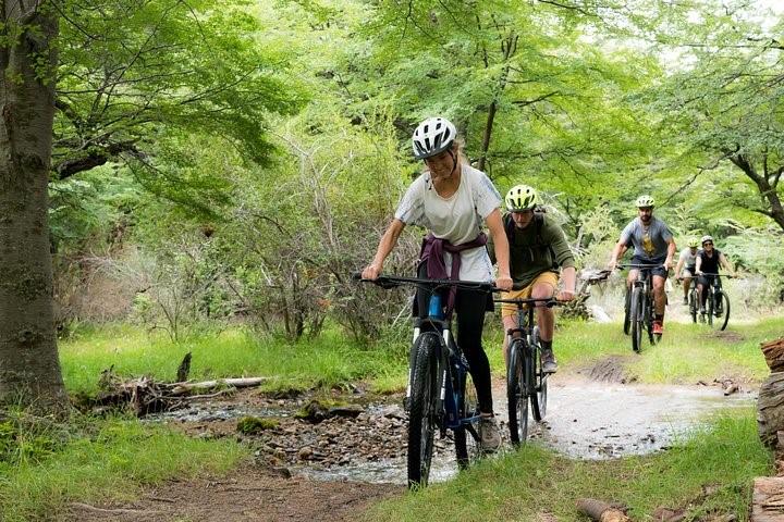 people riding their bikes in estancias